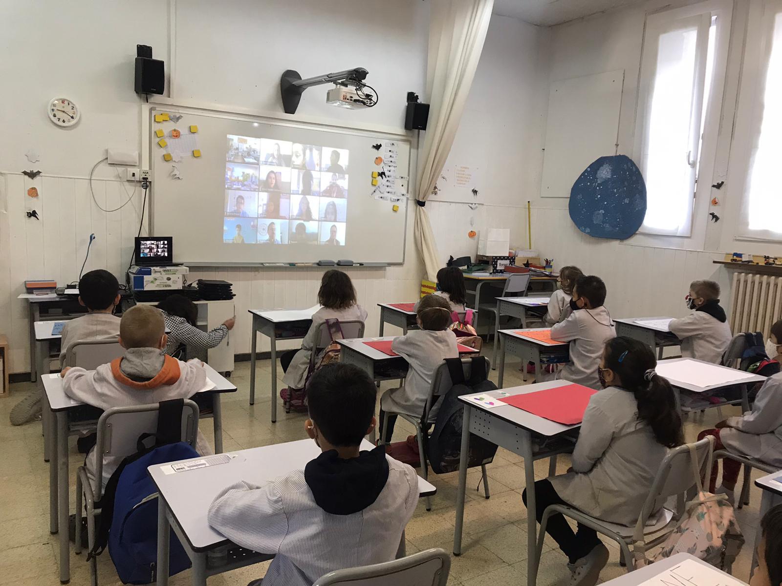 Alumnes de P1 i P2 en connexió amb la JBCN International School